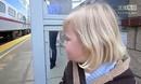 可爱小女孩看到火车的反应