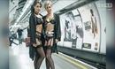 内衣模特伦敦地铁站台走秀 上班族大饱眼福