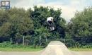 极限运动牛人 儿童滑板车也能玩出花