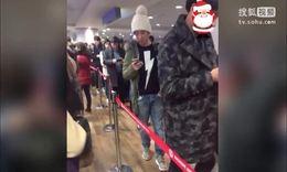 王思聪现身韩国机场 不走贵宾通道排长队