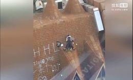 温州2名中学生 身穿校服楼顶亲热