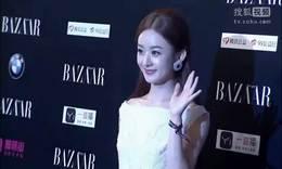 赵丽颖一身潮装现身机场 贴心为粉丝签名