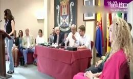 西班牙女政治家为获民心不惜拍大尺度裸照