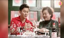 李晨与妈妈包饺子迎冬至 母亲人靓气质佳