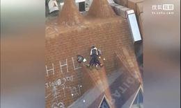 实拍:温州2名中学生 身穿校服楼顶亲热