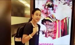 刘晓庆悉尼看到自己的广告牌兴奋合影 扎马尾背双肩包似少女