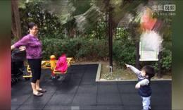 林志颖领双胞胎儿子逛公园 跟着婆婆跳广场舞